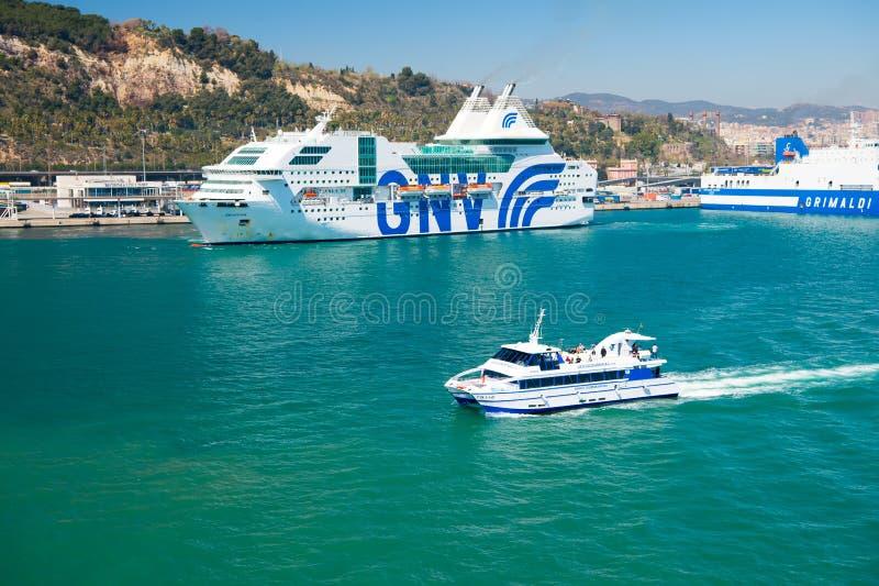 Barcelona, Spanje - Maart 30, 2016: plezierboot en cruiseschepen GNV, Grimaldi-Lijnen in overzees Watervervoer van royalty-vrije stock fotografie