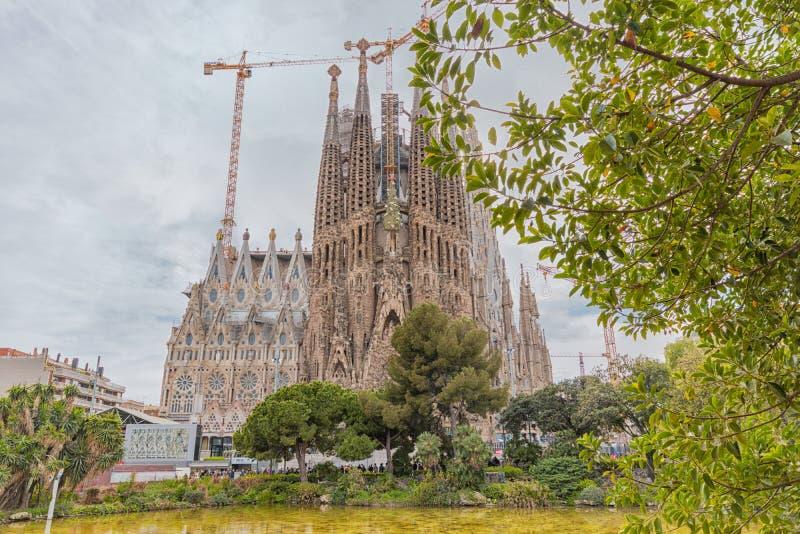 Barcelona, Spanje - Maart 14, 2019: Weergeven van Sagrada Familia, een grote Roman Catholic-kerk in Barcelona, Spanje Langs ontwo royalty-vrije stock foto