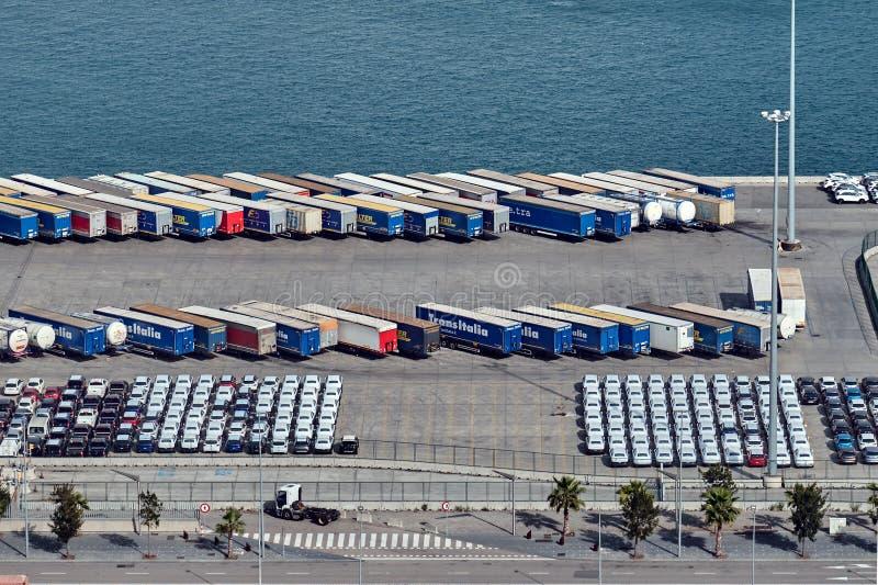 Barcelona, Spanje - mag, 27 2018: Auto's, vrachtwagens en vrachtwagens bij de Haven van Barcelona worden geparkeerd dat stock foto's