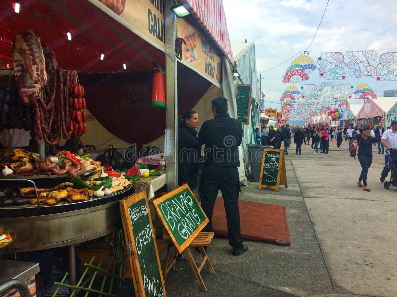 Barcelona, Spanje, Mei 2018: Тradedienblad met het vleesworsten van het paellavoedsel, varkensvlees en groentenvoedsel op gastro royalty-vrije stock foto's