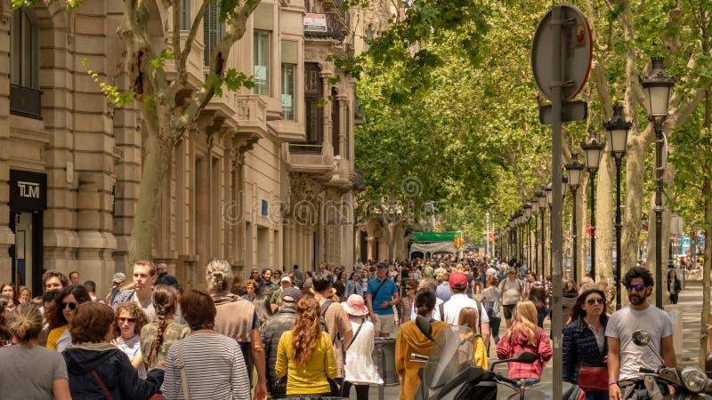 Barcelona, Spanje 10 mei, 2019 Honderden toeristen van over de hele wereld bezoeken de straten van Barcelona in een de lentemidda stock afbeelding