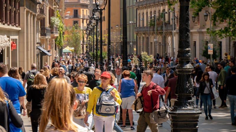 Barcelona, Spanje 10 mei, 2019 Honderden toeristen van over de hele wereld bezoeken de straten van Barcelona in een de lentemidda stock fotografie