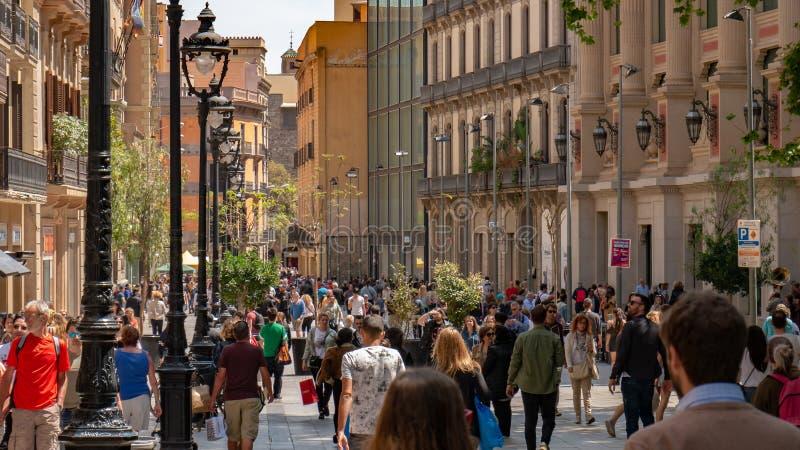 Barcelona, Spanje 10 mei, 2019 Honderden toeristen van over de hele wereld bezoeken de straten van Barcelona in een de lentemidda stock foto