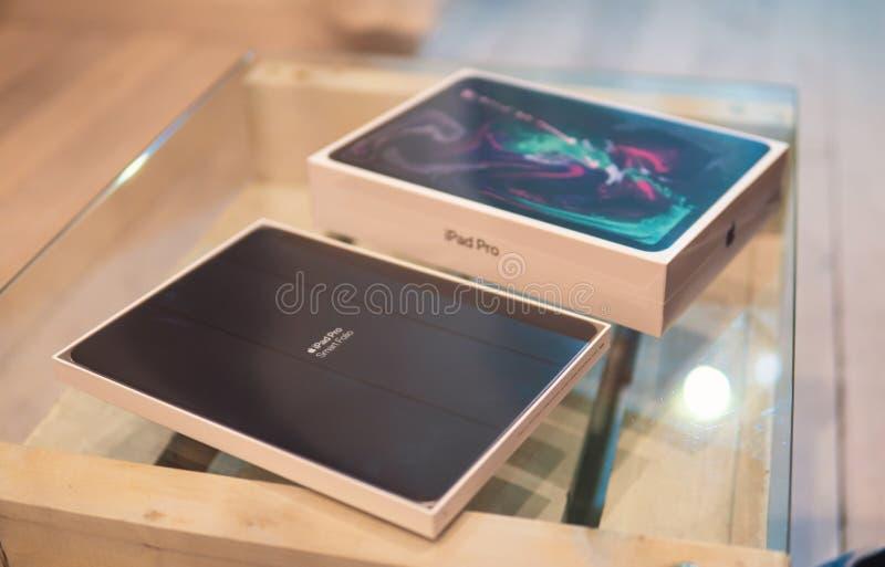 Barcelona, Spanje - November 07, 2018: het unboxing van Gloednieuw Apple iPad Pro 2018 stock afbeelding