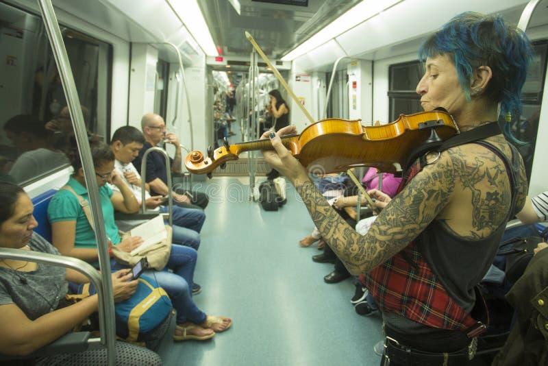 Barcelona, Spanje - Oktober 14, 2017 Metro van Barcelona is een metropolitaans spoornetwerk die de stad dienen stock fotografie