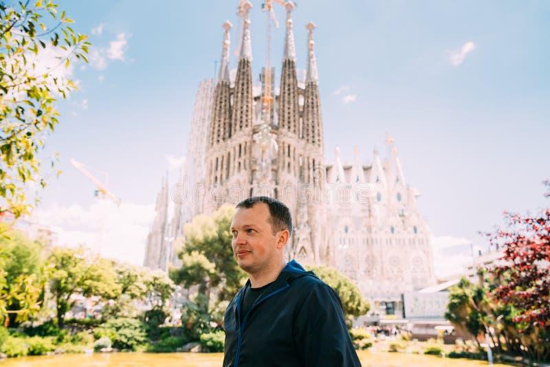 Barcelona, Spanje Portret van de Mens van de Kaukasus op Achtergrondbasiliek en Expiatory Kerk van Heilige Familie of Sagrada Fam royalty-vrije stock fotografie