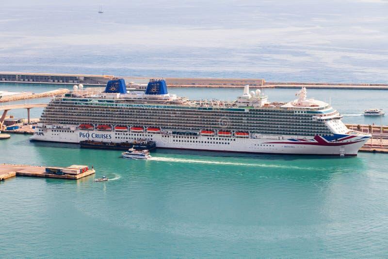 Barcelona, Spanje - September, 2017 De Cruises van het cruiseschip P&O dokten bij de haven van Barcelona stock afbeeldingen