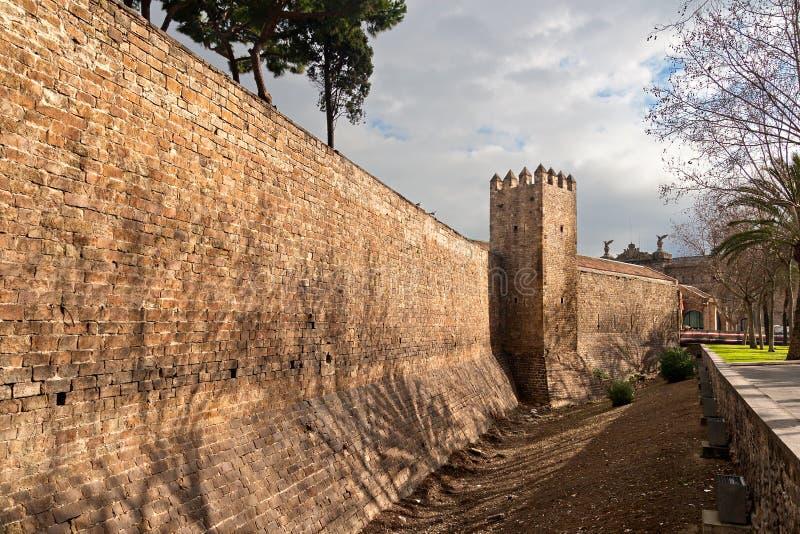 Barcelona medeltida väggar royaltyfri foto