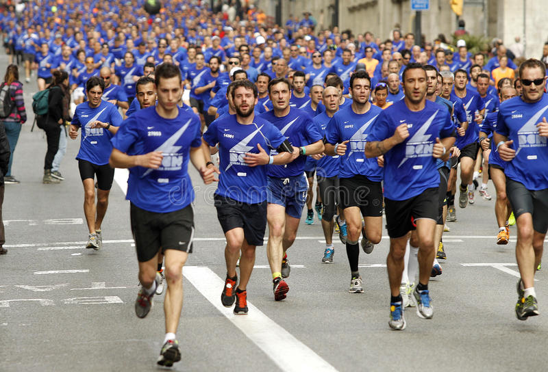 Download Barcelona Street Crowded Of Athletes Running Editorial Stock Image - Image: 30560069