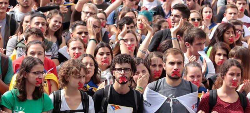 Barcelona studentdemonstration för självständighet som lyfter händer arkivfoto
