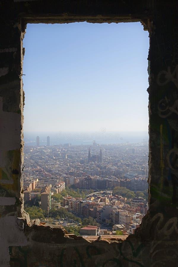 Barcelona a través de una ventana fotos de archivo