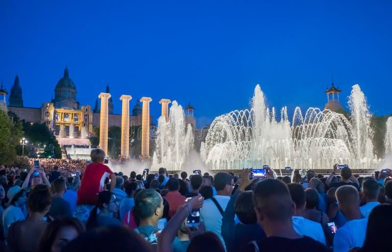Barcelone, Espagne - 5 août 2018 : L'exposition magique célèbre de lumière de fontaine la nuit Plaza Espanya à Barcelone, Espagne photo libre de droits
