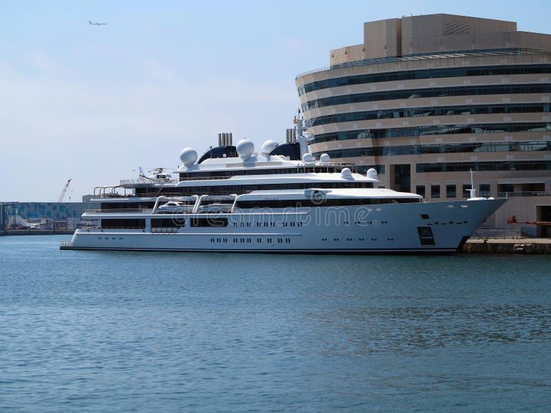 11 07 2016, Barcelone, Espagne : Grand yacht superbe de luxe dans le port image libre de droits