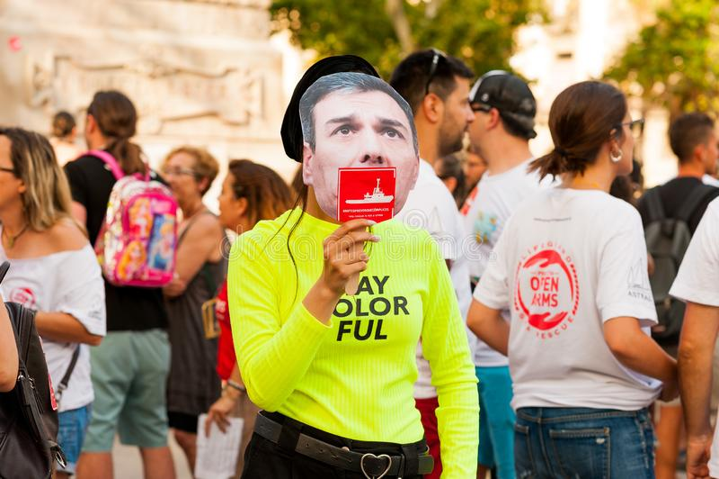 Barcelone, Espagne 15 juillet 2019 : les jeunes activistes marchent tenant le canot en caoutchouc avec le drapeau d'Union europée image stock