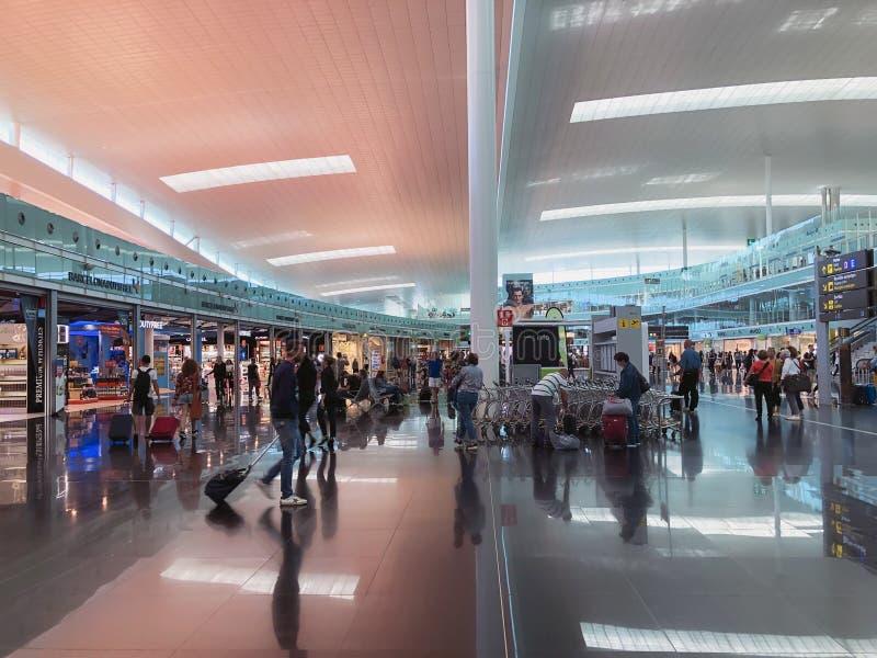 BARCELONE, ESPAGNE - 8 juin 2019 Couillon Josep Tarradellas Airport d'EL Secteur public au T1 de terminal Marche et se reposer photos stock