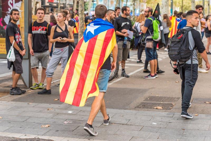 BARCELONE, ESPAGNE - 3 OCTOBRE 2017 : Démonstrateurs soutenant le drapeau catalan pendant les protestations pour l'indépendance à image stock