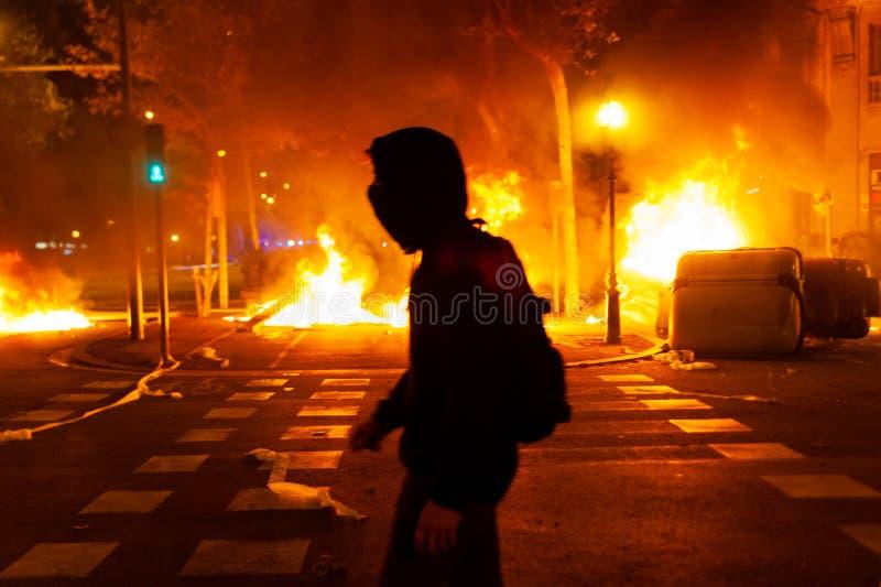 Barcelone, Espagne - 16 octobre 2019 : un jeune manifestant catalan marche contre un énorme incendie en arrière-plan pendant les  images libres de droits
