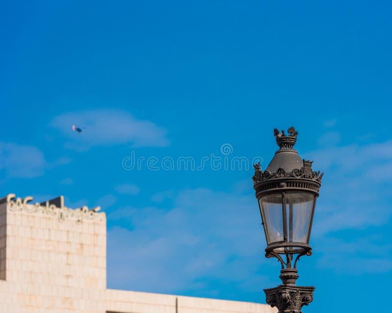 BARCELONE, ESPAGNE - 3 OCTOBRE 2017 : Vue d'un réverbère contre un ciel bleu Copiez l'espace pour le texte images libres de droits