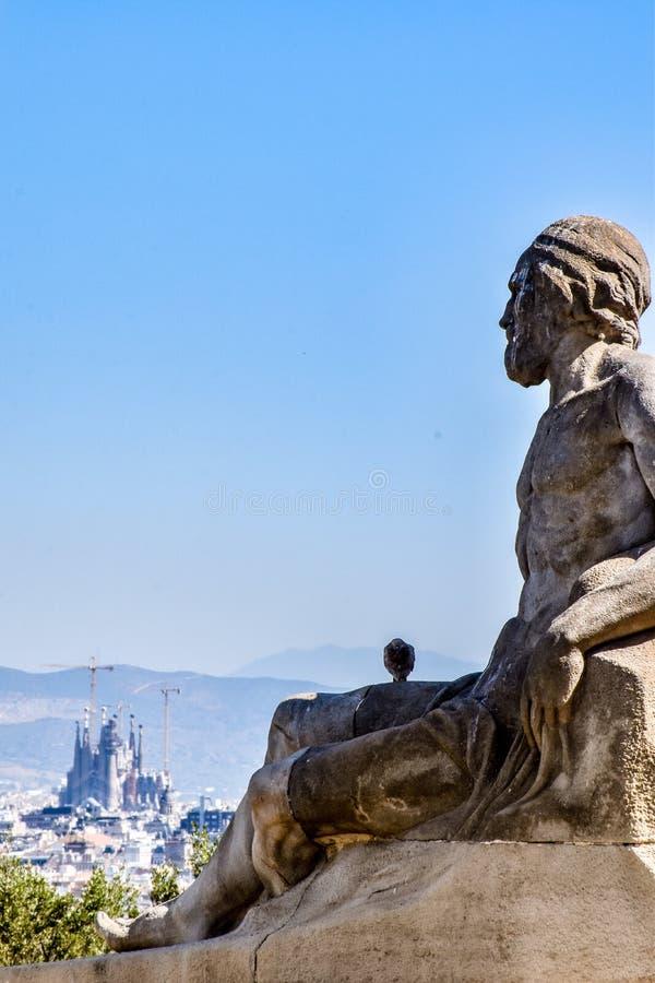 Barcelone, le 27 août 2016 ; Statue d'un mâle regardant vers le bas la La Sagrada Familia, sur les escaliers au-dessus de la poli photo libre de droits
