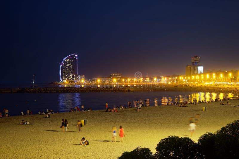 Barcelone - littoral avec la plage pendant la soirée et la nuit, les personnes sur la promenade, les lumières et les hôtels image stock