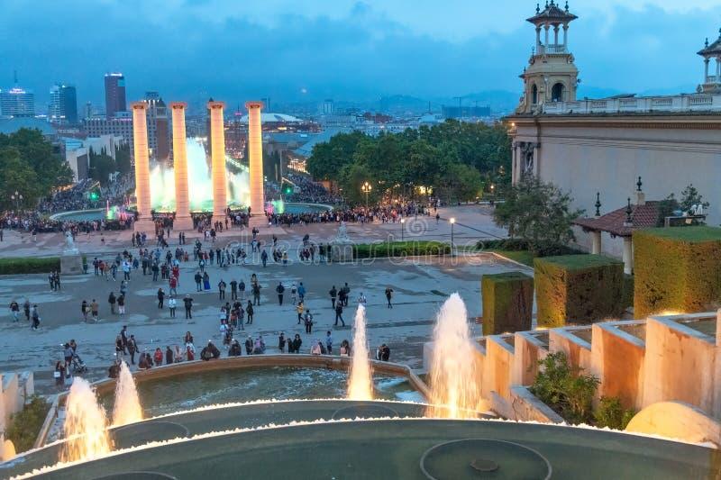 BARCELONE - 12 MAI 2018 : Exposition magique de lumière de fontaine avec le touriste photos libres de droits