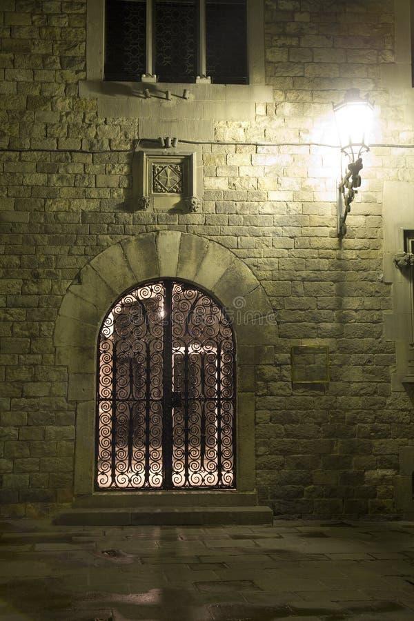 Barcelone - porte de maison gothique la nuit photos libres de droits