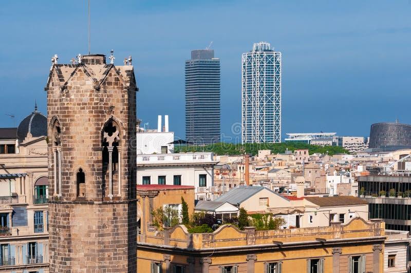 Barcelone - vieille et nouvelle Vue de Barcelone avec le belltower de Capella De Santa Agata et gratte-ciel images libres de droits