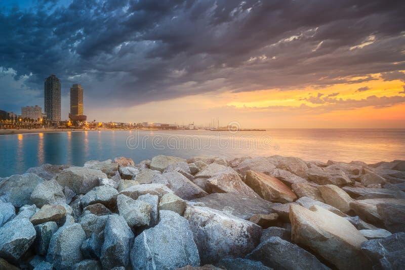 Download Barceloneta海滩在日出的巴塞罗那,西班牙 库存照片. 图片 包括有 春天, 海岸, 横向, 沙子 - 111487534