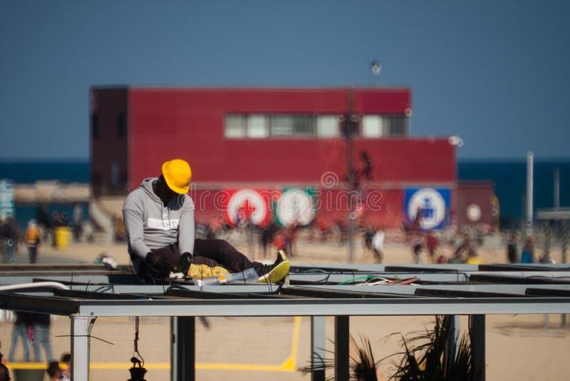 Barceloneta,巴塞罗那,西班牙, 2016年3月:在屋顶的电工工作 图库摄影