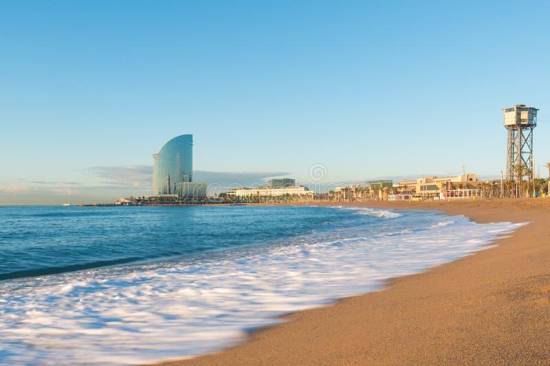 Barceloneta plaża w Barcelona z kolorowym niebem przy wschodem słońca Morze obraz stock