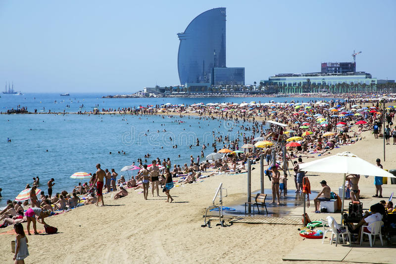 Barceloneta strand av den varma sommardagen royaltyfri foto