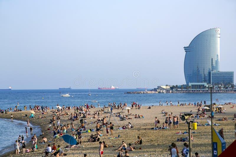 Barceloneta strand av den varma sommardagen fotografering för bildbyråer