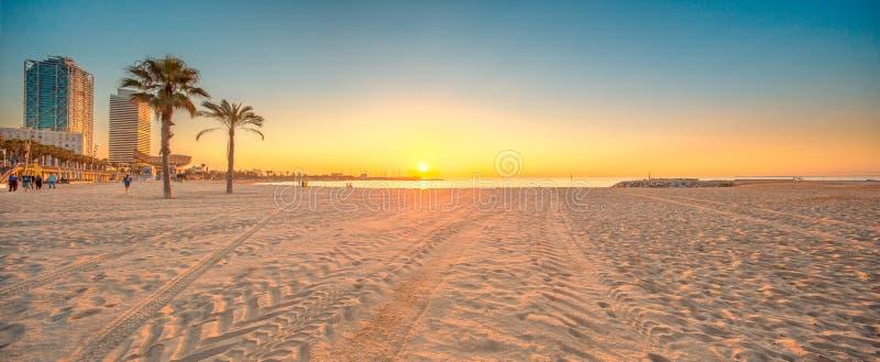 Barceloneta strand i Barcelona på soluppgång royaltyfria foton