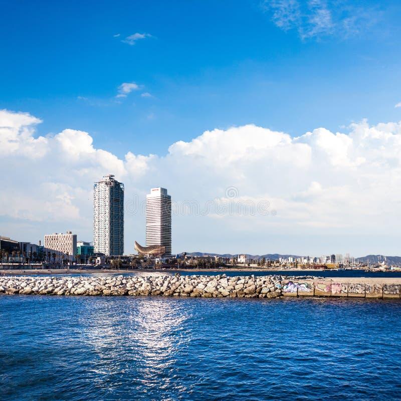 Barceloneta-Strand und Hafen Olimpic in Barcelona, Spanien Skyscrap stockfoto