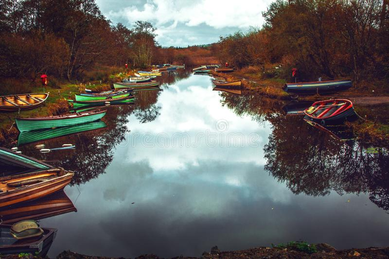 Barche abbandonate lago dell'Irlanda fotografia stock