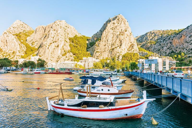 Barche al ponte nel fiume di Cetina in Omis fotografia stock libera da diritti