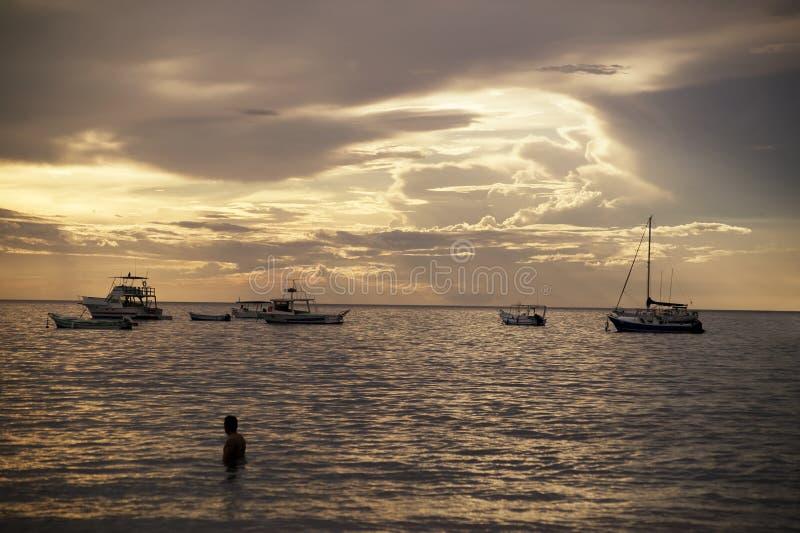 Barche al tramonto in Costa Rica fotografia stock
