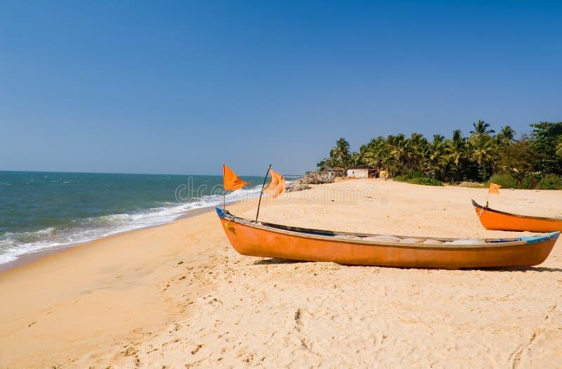 Barche alla spiaggia del villaggio di Ullal fotografia stock libera da diritti