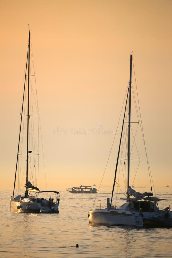 Barche ancorate al tramonto fotografia stock libera da diritti