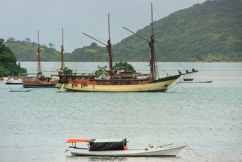 Barche ancorate alla città di Labuan Bajo sull'isola del Flores, Nusa Tengg fotografia stock libera da diritti