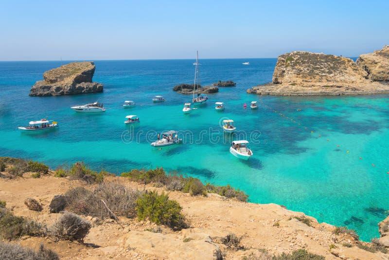 Barche ancorate nella laguna blu della piccola baia sull'isola di Comino a Malta Mare del turchese, oceano azzurrato, yacht fotografia stock libera da diritti