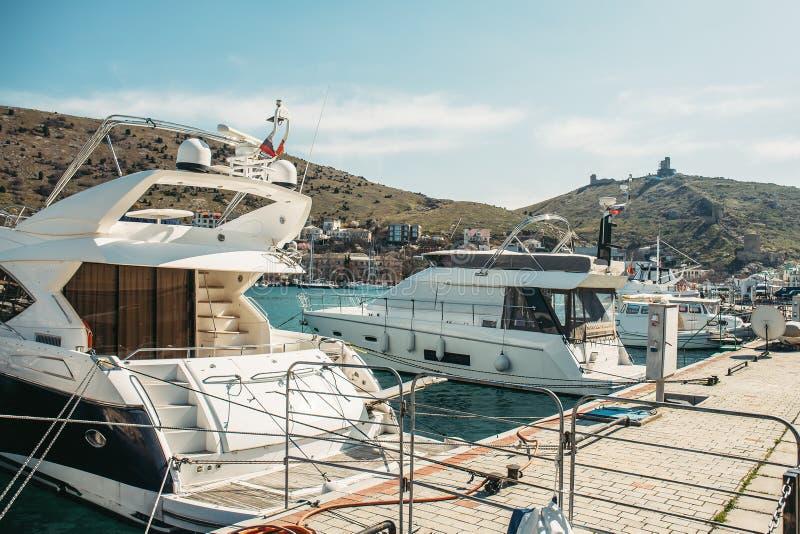 Barche attraccate al pilastro in porto, alla località di soggiorno europea per la vacanza del mare ed al resto su trasporto dell' immagine stock libera da diritti