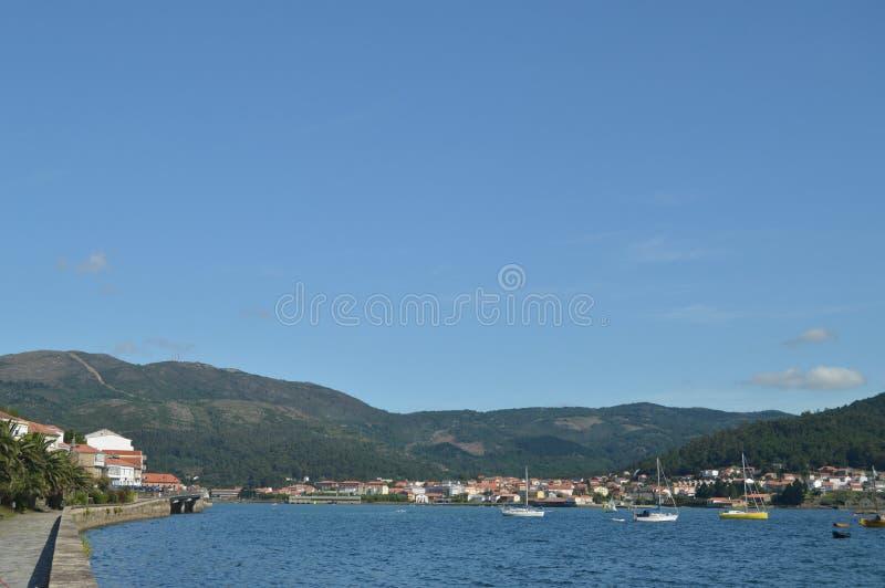 Barche attraccate con i selezionatori della cozza nell'estuario del villaggio di Muros Natura, architettura, storia, fotografia d fotografie stock libere da diritti