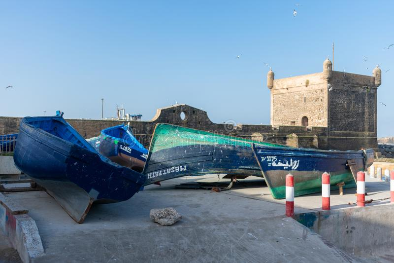 """Barche blu davanti a Sqala du Port d """"Essaouira in Essaouira Marocco fotografia stock libera da diritti"""