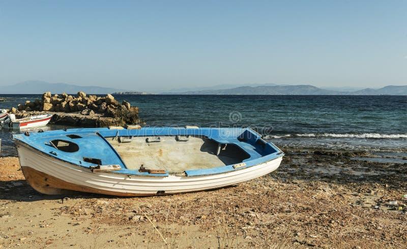Barche blu del paesaggio di estate sui precedenti del mare immagine stock