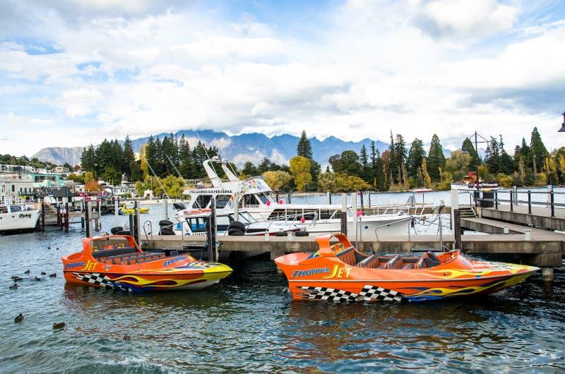Barche che parcheggiano al molo del lago Wakatipu a Queenstown, Nuova Zelanda immagine stock