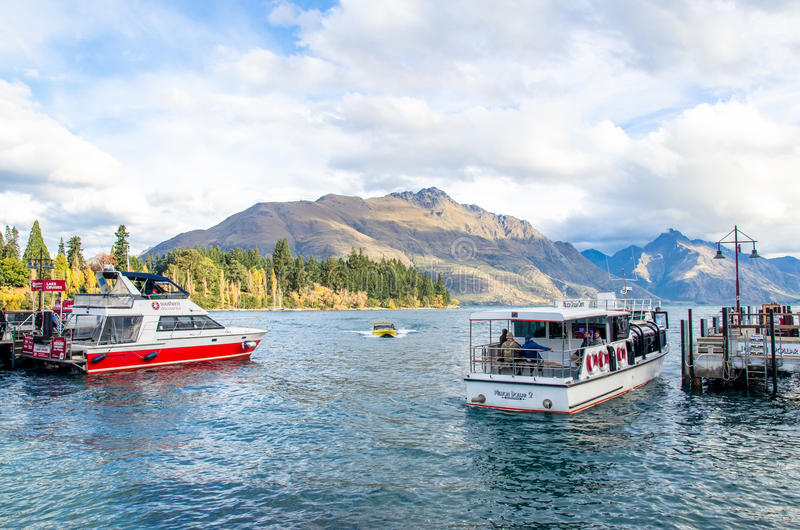 Barche che parcheggiano al molo del lago Wakatipu a Queenstown, Nuova Zelanda immagini stock libere da diritti
