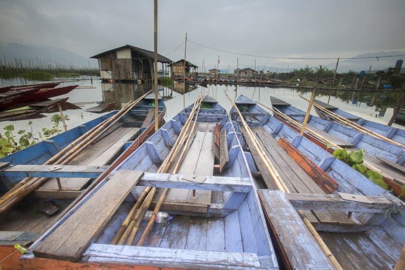 Barche che parcheggiano a Rawa che rinchiude lago, Indonesia immagine stock
