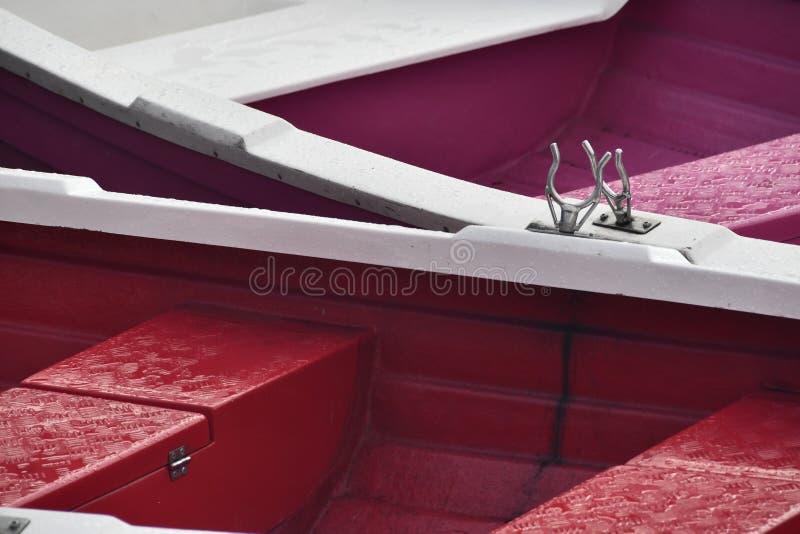 Barche colorate nel lago rosso in Romania immagini stock