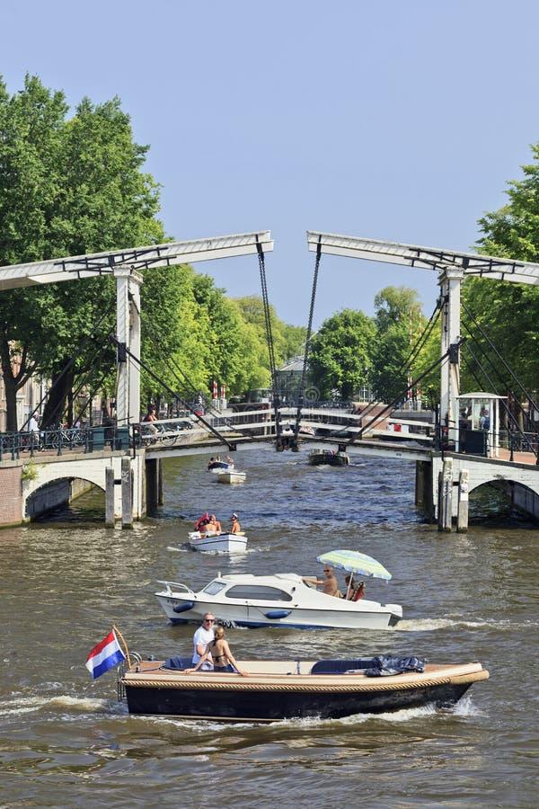 Barche con il ponte mobile in canale di Amsterdam. immagini stock libere da diritti
